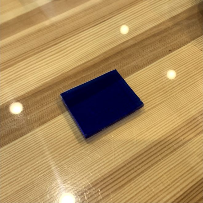 色被せガラスの端材